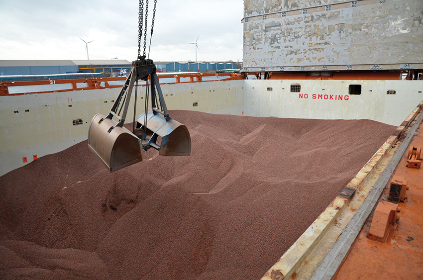 Spliethoff - Bulk cargo - discharge of cocoa beans by grab